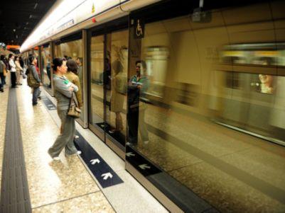 """里昂:降港铁(00066)评级至""""沽售"""" 维持49港元目标价"""