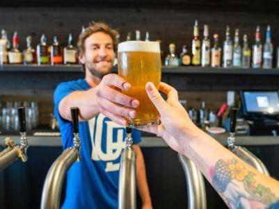 中金:料高端市场竞争激烈 下调青岛啤酒(00168)今明年盈测