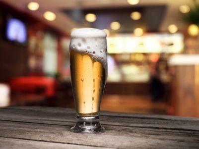 港股异动 | 中期业绩超预期 青岛啤酒(00168)高开高走现涨逾14% A股涨停