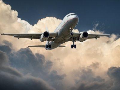 港股异动 | 暑期航空运输增速回升 客运市场恢复两位数增长 航空股集体走强