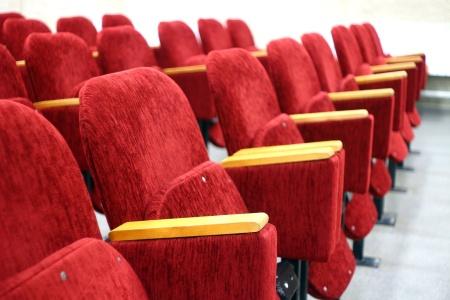 """里昂:维持IMAX中国(01970)""""跑输大市""""评级 降目标价至15.4港元"""